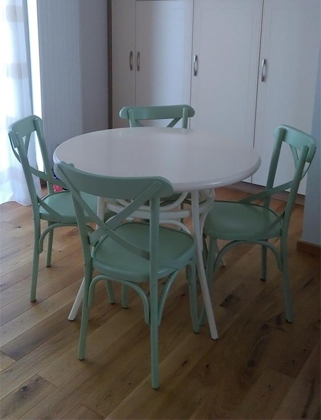 Masa Thonet rotunda cu scaune Niv colorate