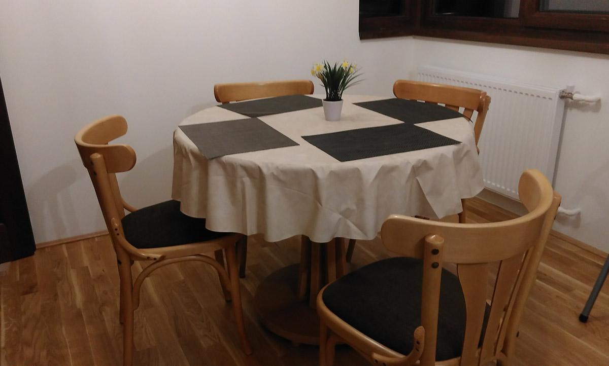 Masa rotunda Viviana cu scaune 789 tapitate
