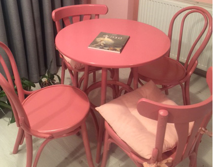 Masa cu scaune bistro colorate