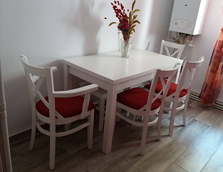 Roxana table with four MD470 chairs and two Nordia stools