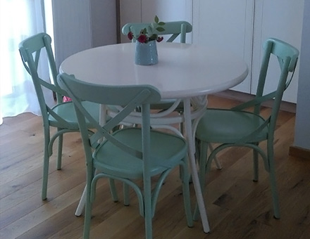 Thonet round table with colored Niv chairs