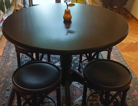Rodica table with four bentwood stools