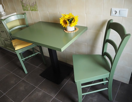 Table with steel leg and two colored MD106 chairs