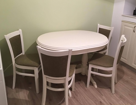 Extendable Europa table with MD238 chairs